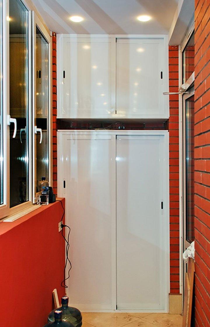 Установка встроенных шкафов раздвижной распашной на балкон..